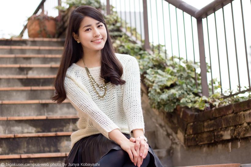 階段に座り込む永島優美